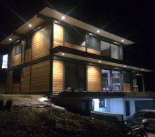eclairage des spots exterieur disposes de sorte a eclairer le plus possible de bardage pour mette en valeur la maison