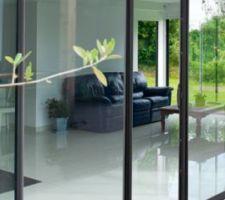 menuiseries aluminium peralu noir sable 2100 et 9005 texture pour la porte d entree