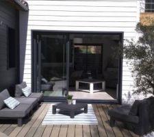 Terrasse en padouck avec tapis extérieur (CASA) salon de jardin résine tressée.