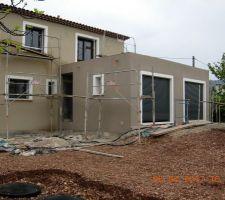 Crépit gratté Parexlanko T18 pour la maison G102 pour le garage. Devrait s'éclaircir un peu pour ce dernier.