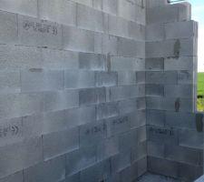 decoupe en bas de chaque ferraillage verticale pour voir le beton apparaitre