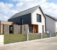 Cloture sur rue en gabions 200x30x70 + palissade granit brut 100x25x10
