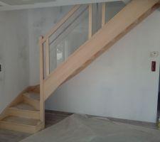 Escalier en hêtre  avec vitres et barre alu societe Pevescal.