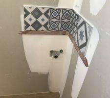 Carrelage type carreaux de ciment bleu baltique / gris au dessus du futur lave mains des WC du bas