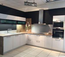 Cuisine Schmidt - façade blanc/gris- plan de travail et crédence bois et inox brossé. Meuble haut avec fond lumineux (éclairage intérieur et plan de travail)