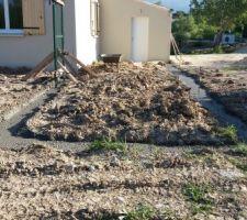 Coulage des fondations muret avec retour et portillon pour l'enclos des chiens.
