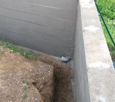 etancheification en cours sur les deux murs avec l angle et la sortie du drain