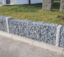 Gabions terminés, remplissage en granit gris/bleu 60/90