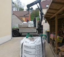 livraison des materiaux pour le mur et la realisation du drain