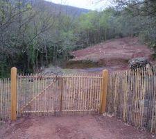 Cloture et portail pour passer de la zone habitation/potager vers la zone verger/rivière