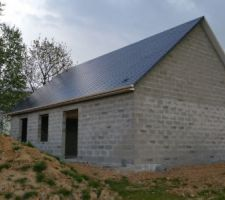 Un côté de toit finis et 20 % de l autre fait.