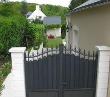 Portail sur le coté de la maison accès au jardin