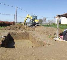 excedent de terre utilise pour faire une butte pour un futur jardin mediterraneen