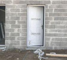 Pose des menuiseries porte d'entrée
