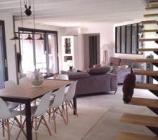 Nouveau mobilier salle à manger: table et chaises + tapis.