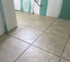 Pose du carrelage de la salle de bain (plinthes et joint en attente) Colorker 45*45 travertine