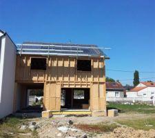 On voit les panneaux sur le toit. Solarwold en fait enfin de 300w, donc 10 suffisent...