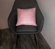 Petit fauteuil gris à bascule