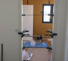 Montage d'une porte fin de chantier
