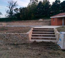 mur en pierres seches du lot avec escalier