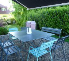 Mobilier de jardin FERMOB coloris gris orage/<Carbone/bleu lagune