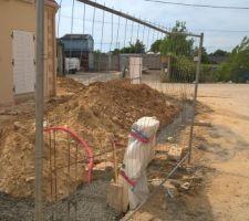 Coulage du béton pour la clôture en parpaing côté voiries