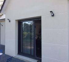 eclairage exterieur installer fini les gaines moches qui depassent du mur