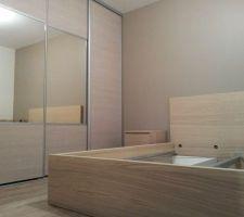 """Portes dressing chambre parentales (Spaceo Magnolia sur-mesure). Lit et tables de nuit """"Malm"""" de chez Ikea."""