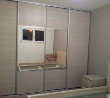 Portes dressing chambre parentales (Spaceo Magnolia sur-mesure). Lit et tables de nuit