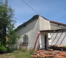 Planches de rives posées sur le grand côté, peinture des poutres en RAL 7016