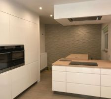 cuisine en blanc laque avec tous les plans de travail en bois electros aeg