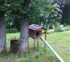 Le tronc est posé entre 2 chênes,  près de la cabane aux chats