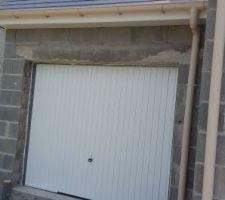 Couverture et menuiseries terminées (porte du garage)