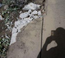 Avant la pose de la clôture, il faut que je m'attaque à la dalle, qui me lie à mon voisin!