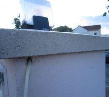 Suite à un bouchon dans la gaine du pilier qui alimente le feu clignotant, obligé de passer le câble blindé (PTT) par l'extérieur.