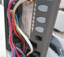 Les boutons de commande du moteur Nice Road400 utilisés pour la phase de reconnaissance des man?uvres du portail.