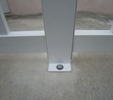 Les tirefond (diamètre 8mm / chevilles 10mmx60mm) pour fixer les clôtures sur le muret. Liaison entre 2 panneaux suite découpe du panneau droit à la scie à métaux.
