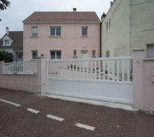 Et voilà le résultat ! Portail Nice Road400 installé (4m aluminium) et clôtures fixées (largeur 3,60m).