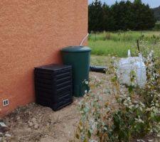 1er récupérateur d'eau installé ainsi que le composteur.