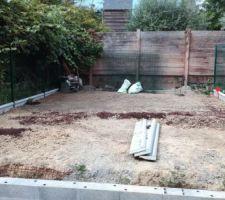 le travail du jardin a pas mal avancé. <br /> mélange du terreau avec la mauvaise terre, une sorte de glaise, pour alléger la terre et la rendre vivable pour une future pelouse <br /> les magasins sont en rupture de terreau pas cher :-(