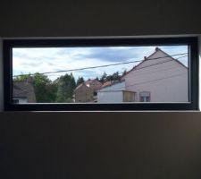 La fenêtre fixe de la cage d'escalier.