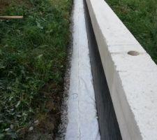 drain pose sur les 17 metres lineaire restera a recouvrir des 2 tones de graviers qu il reste