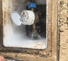 Quand on se rend compte que le maçon qui se servait sur l'arrivée d'eau principale laissait le robinet ouvert avec la fuite visible sur cette photo depuis le début du chantier. Si je n'avais pas regardé, cela aurait continué. <br /> C'est bien connu, quand on fait construire, on aime gaspiller et le manque de professionalisme.
