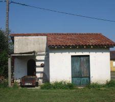 Façade est vieille maison nouveau toit