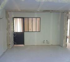 Porte atelier et verrière : photo prise de l'extérieur