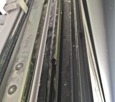 Dernière découverte récente - Le joint de la fenêtre est incomplet et de plus est abîmée - Et la fenêtre depuis peu ne peut plus s'ouvrir en oscillo battant - Les ?illères de Maisons-Lelièvre