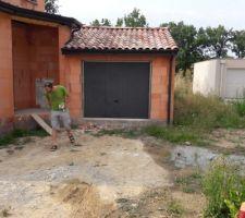 Gouttière à déplacer car impossible de plaquer un mur de clôture sur le côté droit du garage (limite de notre terrain)
