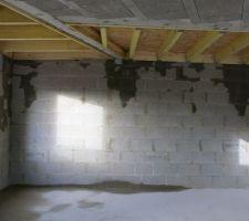 Photo de la chambre, au sol on y voit une infiltration qui sera présente également une fois hors d'eau hors d'air. La réponse qui nous a été donnée: les rives de toit sont à refaire!