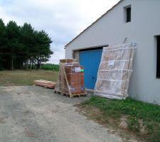 Livraison des volets et de la porte du garage.