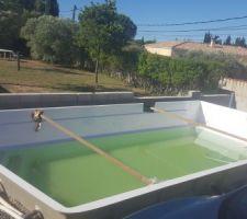 Etais pour éviter la déformation de la piscine